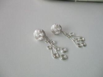 花咲くイヤリング(大) 絹糸一色刺繍 白×シルバーの画像