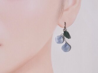 【片耳用】パールブルーの花びら 揺れるピアス Czダイヤ 粘土 送料無料⑬の画像