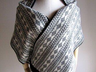 英国羊毛100%の白黒編み込みストールの画像