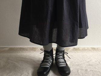 黒い革の編み上げブーツの画像