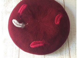 羽根手刺繍のベレー帽/garnetの画像