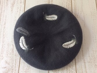 羽根手刺繍のベレー帽/dark grayの画像