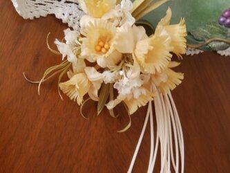 染め花 クリーム色の童話の花と小花のコサージュ 布花の画像
