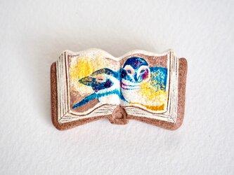 絵本みたいな陶土のブローチ《おやすみペンギン》の画像