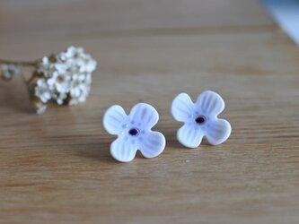 淡いゴスの青が優しい お花のピアスの画像