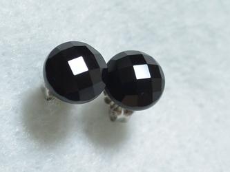 ブラックオニキス・カボションカットのスタッドピアス(8mm・チタンポスト)の画像