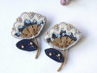 シックな配色、オートクチュール刺繍のお花ブローチ、ナラ。の画像