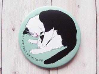 「猫の寝姿にメロメロ」な人向けの缶バッジの画像