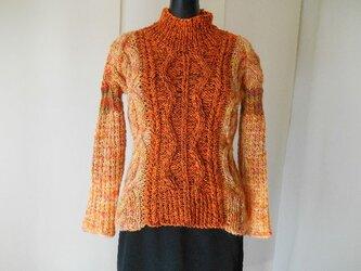オレンジ色の模様編みセーターの画像