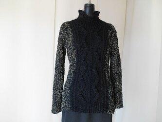 黒の模様編みセーターの画像