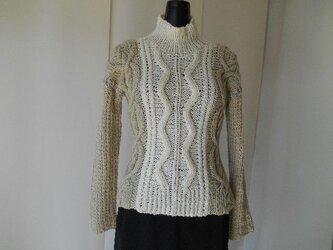 アイボリーとベージュの模様編みセーターの画像