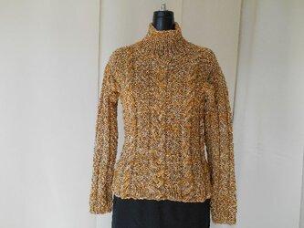 からし色の模様編みセーターの画像