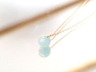 銀箔をちりばめたガラス玉のネックレス / ライトブルーの画像