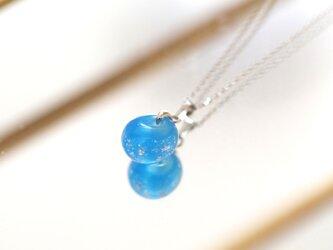 銀箔をちりばめたガラス玉のネックレス / シーブルーの画像