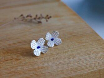 銀彩が上品な磁器製 お花のピアスの画像