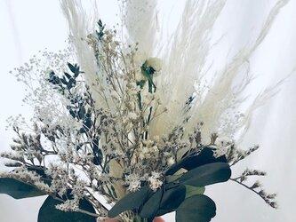 【プリザーブドフラワー/かすみ草とふんわりパンパスグラスの白い花束】の画像
