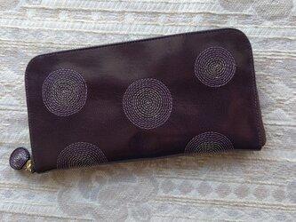 刺繍革財布『ぐるぐる』ツヤ紫×ライトグレーinパープル(ヤギ革)ラウンドファスナー型の画像