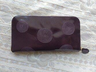 刺繍革財布『ぐるぐる』ツヤ紫×パープル(ヤギ革)ラウンドファスナー型の画像