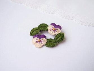 [受注制作]ビオラのリースの刺繍ブローチ(deep)の画像