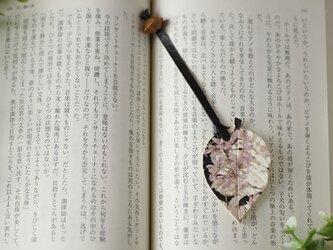 そろばん珠と革のしおり『葉っぱ 枝垂れ桜』の画像