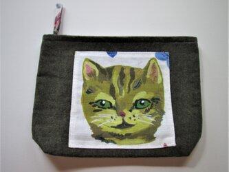 グリーンアイのネコのポーチの画像
