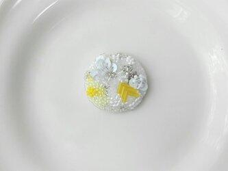 刺繍ブローチ maru  white&yellowの画像