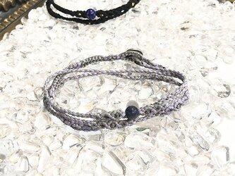 新色追加!一粒天然石のマクラメ編みブレスレット【鼓動】グレー系・サファイアの画像