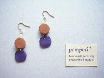 ウッドと紫チャームのピアスの画像