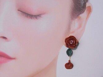 深紅の薔薇&花びら揺れるピアスorイヤリング アシンメトリー Czダイヤ【送料無料】㉖の画像
