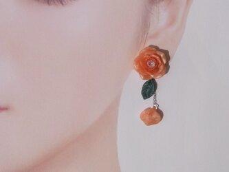 オレンジグラデの薔薇 ピアス/イヤリング  アシンメトリー 粘土[送料無料]㉗の画像