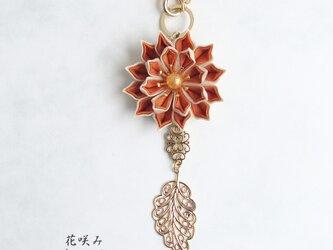 花咲み 花とリーフのバッグチャーム オレンジ つまみ細工の画像