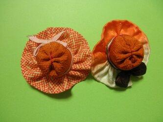 和布のお出かけ帽子のブローチチャームの画像