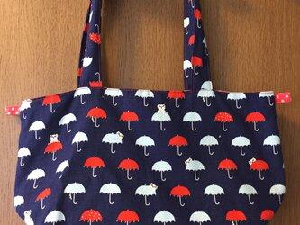 猫と雨傘のおさんぽバッグの画像