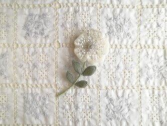 一輪の白い お花のブローチ Cの画像