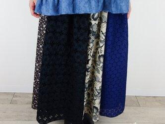 ブラックアイレットレースとロイヤルブルーサークル刺繍パッチスカートの画像