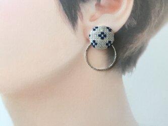 こぎん刺しのイヤリング〈花十字の応用〉1.8cmの画像
