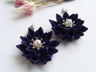 つまみ細工 お花のピアス/イヤリング 紫紺の画像