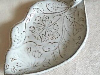 木の葉の庭のお皿 (白釉)の画像