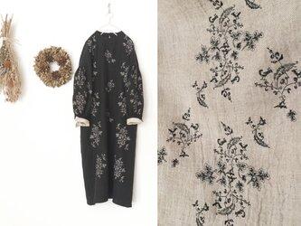 【生成】白樺の枝とコマドリの刺繍を施した、リネンウールマキシワンピースの画像