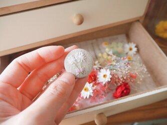 シロツメクサの刺繍ピアス くるみボタンの画像
