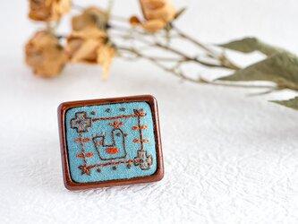 東欧の森の小鳥刺繍ブローチ(ピーコックブルー)の画像