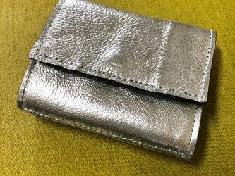 シルバーレザーの3つ折りコンパクト財布の画像