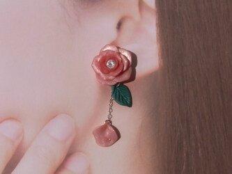 チェリーピンク 薔薇 揺れる ピアス イヤリング Czダイヤ クレイフラワー[送料無料 ]㉙の画像