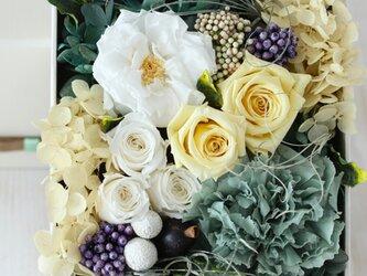 petit jardin (プチ シャルダン) プリザーブドフラワー ホワイト/イエロー 誕生日・退職祝い・結婚祝いの画像