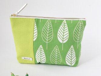 一点もの!デザイナーズ生地で作った葉柄のマチ付きポーチ・本革使用(黄緑の帆布)の画像