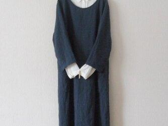 リネンの8分袖ワンピース 紺色の画像