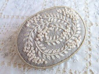 白い草花のブローチの画像