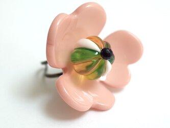 立体的お花の指輪<サーモンピンク×グリーン×ネイビー>の画像
