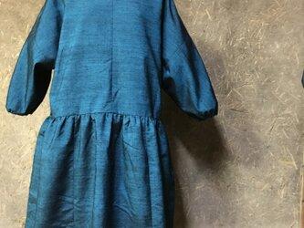 手織り紬のブルーのワンピースの画像