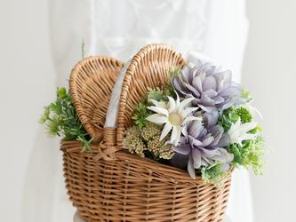【送料込み・ブートニア付き】バスケットブーケ&ブートニア ウエディングアイテム 造花 アーティフィシャルフラワーの画像